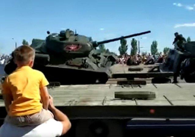 庫爾斯克市閱兵式後一輛T-34坦克翻車