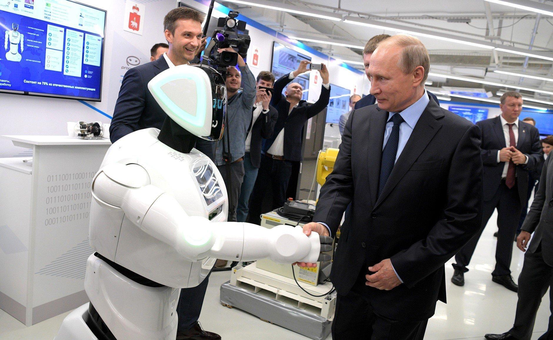 普京总统与PromoBot机器人交流。2017年9月彼尔姆市。