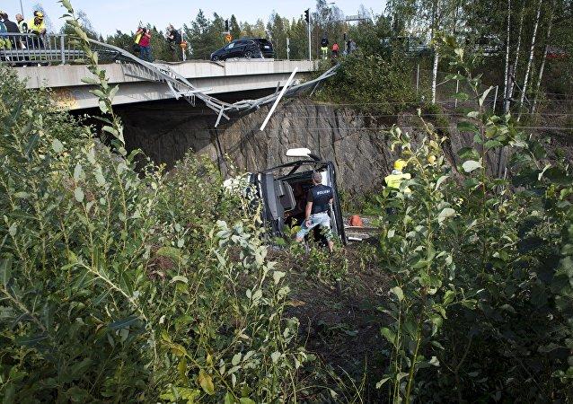 芬兰一辆公交车坠桥造成4人死亡