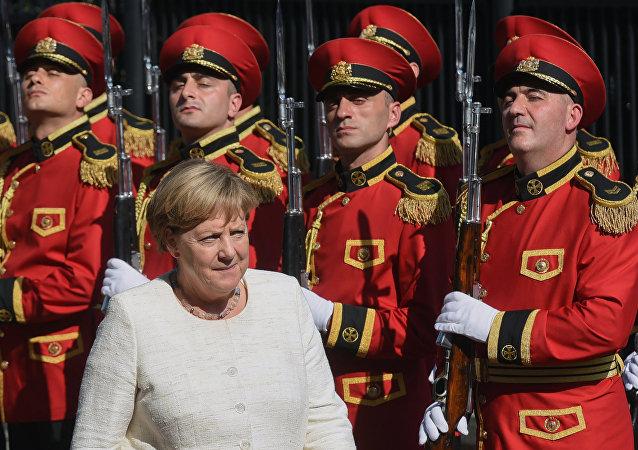 德国总理默克尔与格鲁吉亚合唱团同唱其喜欢的歌曲