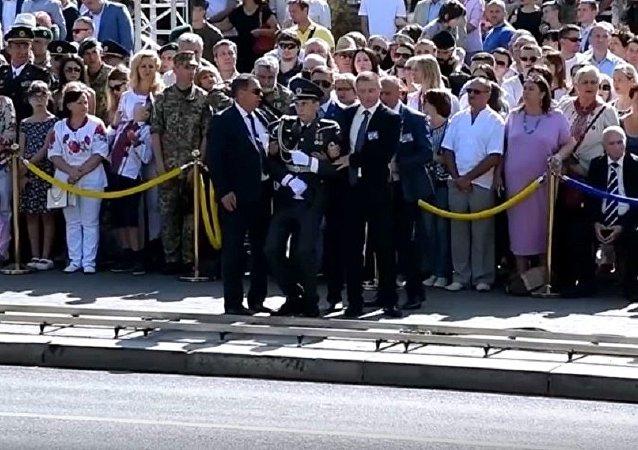 波羅申科閱兵式上講話時一名儀仗隊士兵身體不適