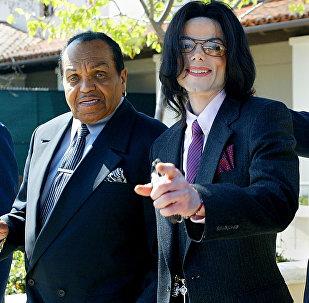 2005年8月,邁克爾∙傑克遜與父親約瑟夫∙傑克遜