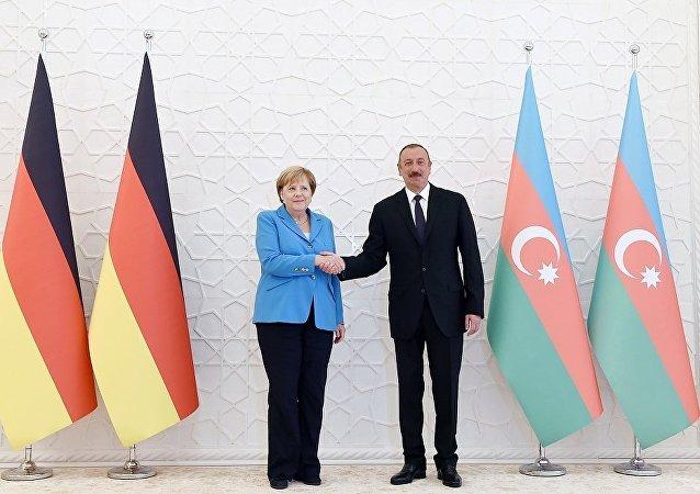 阿塞拜疆總統阿利耶夫在巴庫會見德國總理默克爾