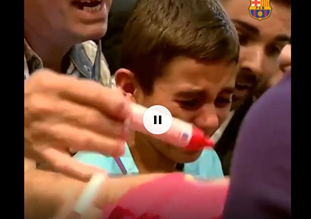 巴萨小球迷见到梅西激动落泪