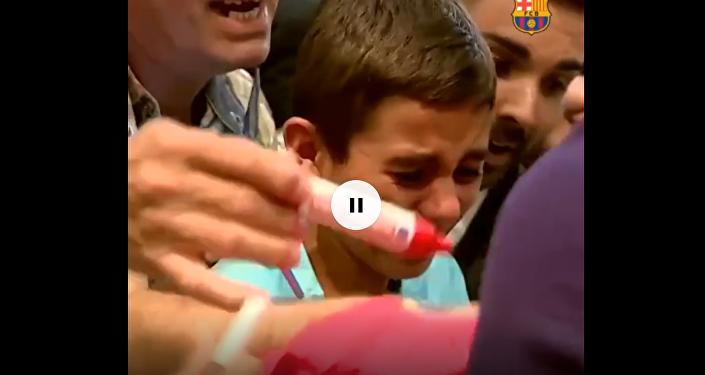 巴薩小球迷見到梅西激動落淚