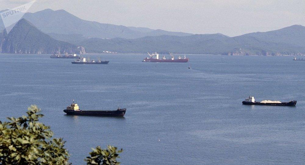一艘从俄纳霍德卡拖往韩国的浮船坞在日本海沉没