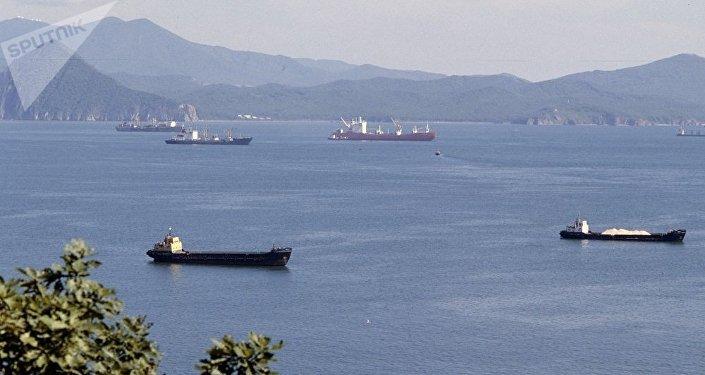 一艘從俄納霍德卡拖往韓國的浮船塢在日本海沈沒