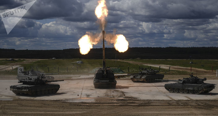 Танки Т-90 и самоходная артиллерийская установка (САУ) Мста-С (в центре) во время динамической экспозиции на выставке «Армия России – завтра» в рамках IV Международного военно-технического форума «Армия-2018» в Кубинке