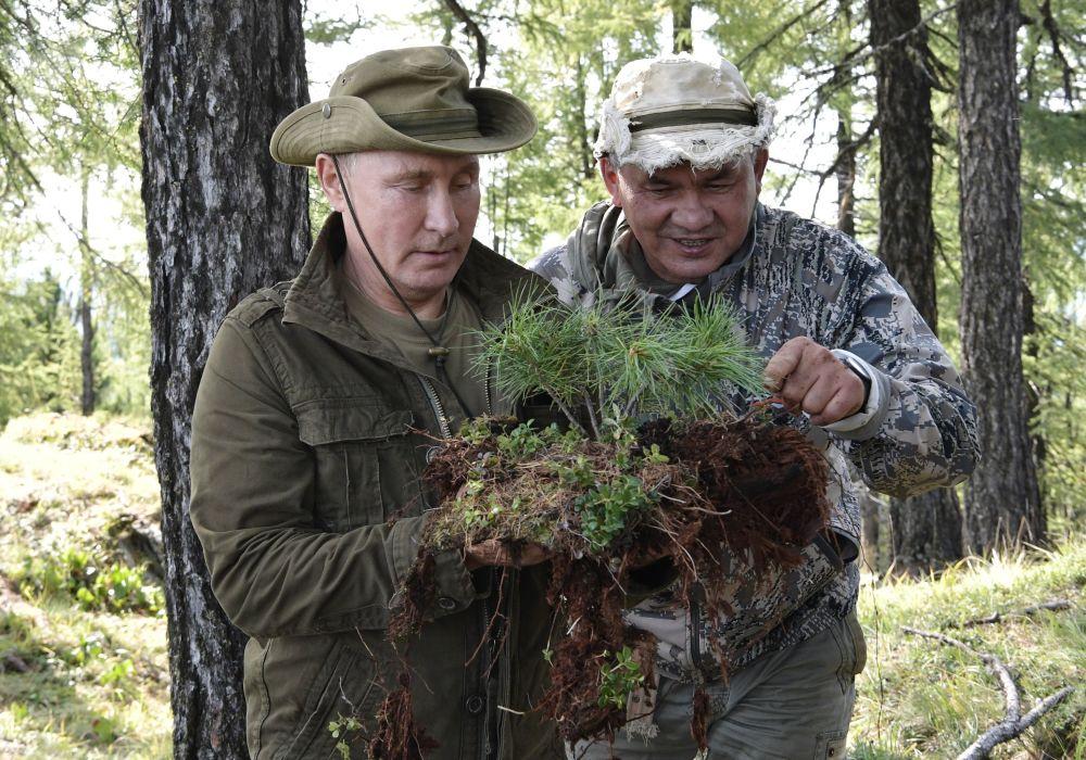 俄罗斯总统弗拉基米尔·普京与俄罗斯防长谢尔盖·绍伊古在图瓦共和国叶尼塞河度假。