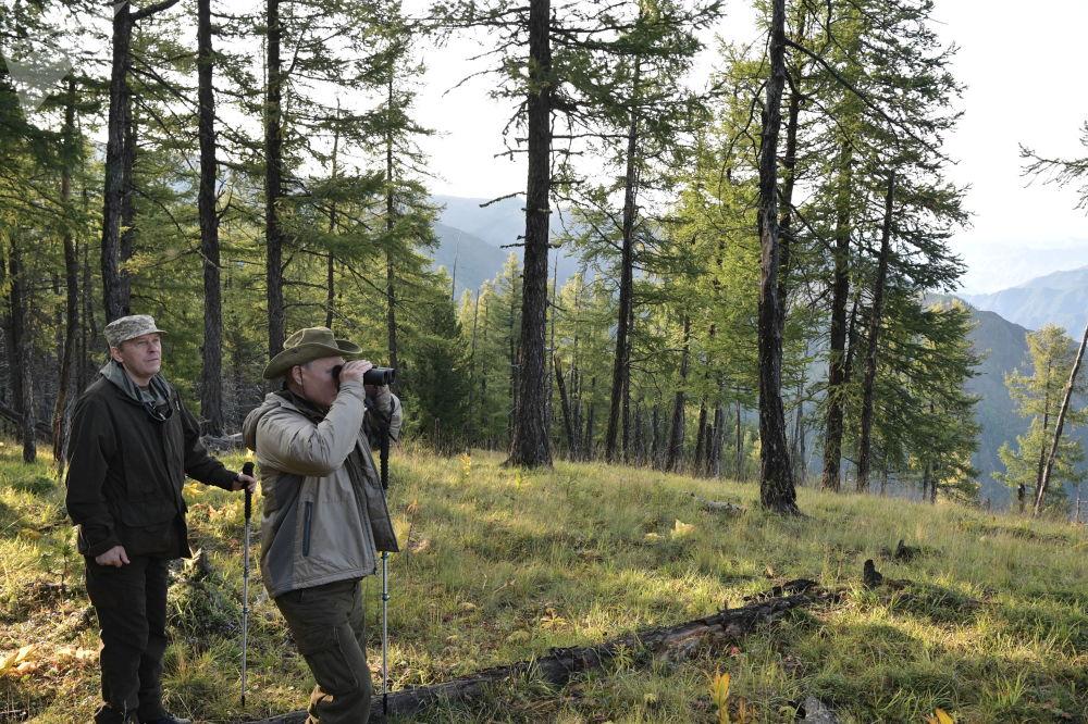 俄罗斯总统弗拉基米尔·普京与俄联邦安全局局长亚历山大·博尔特尼科夫在图瓦共和国萨彦-舒申斯科耶自然保护区度假。