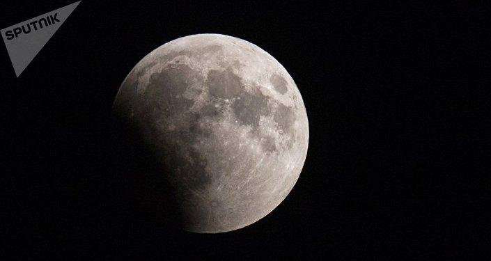 SpaceX公司与全球首位绕月飞行游客签署合同