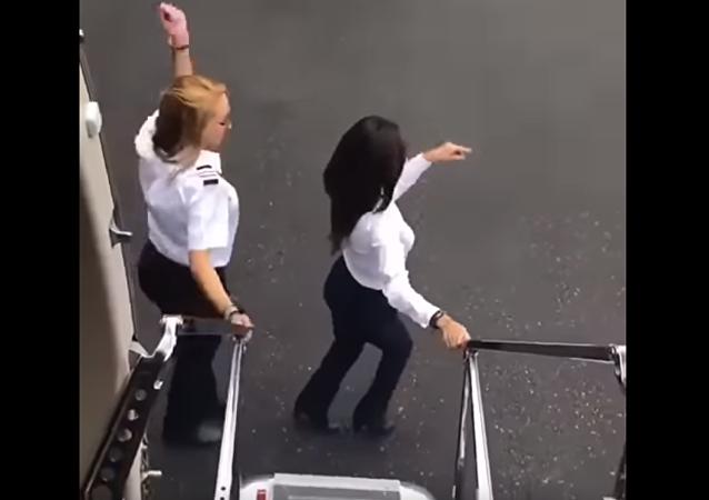 两名墨西哥女飞行员以飞机代汽车挑战魔性Kiki舞