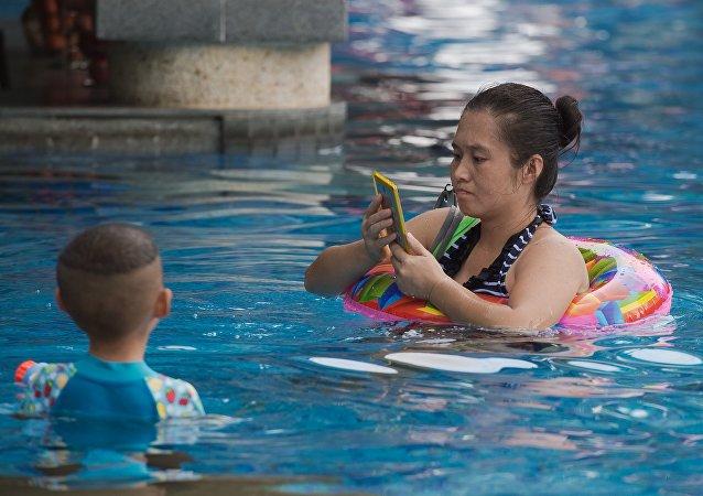 福州一女婴游泳池溺水 母亲玩手机没有察觉