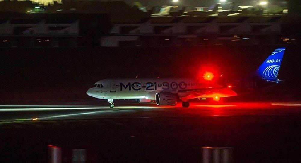 Опытный самолет МС-21-300 впервые совершил посадку в темное время суток