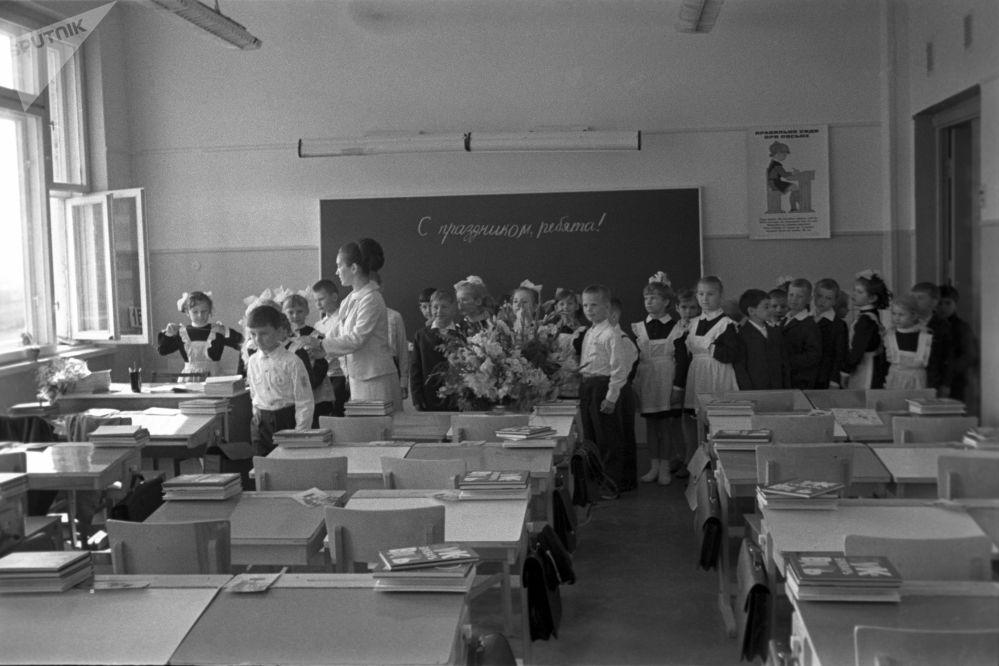 一年级新生的第一课:熟悉学校。1971年。