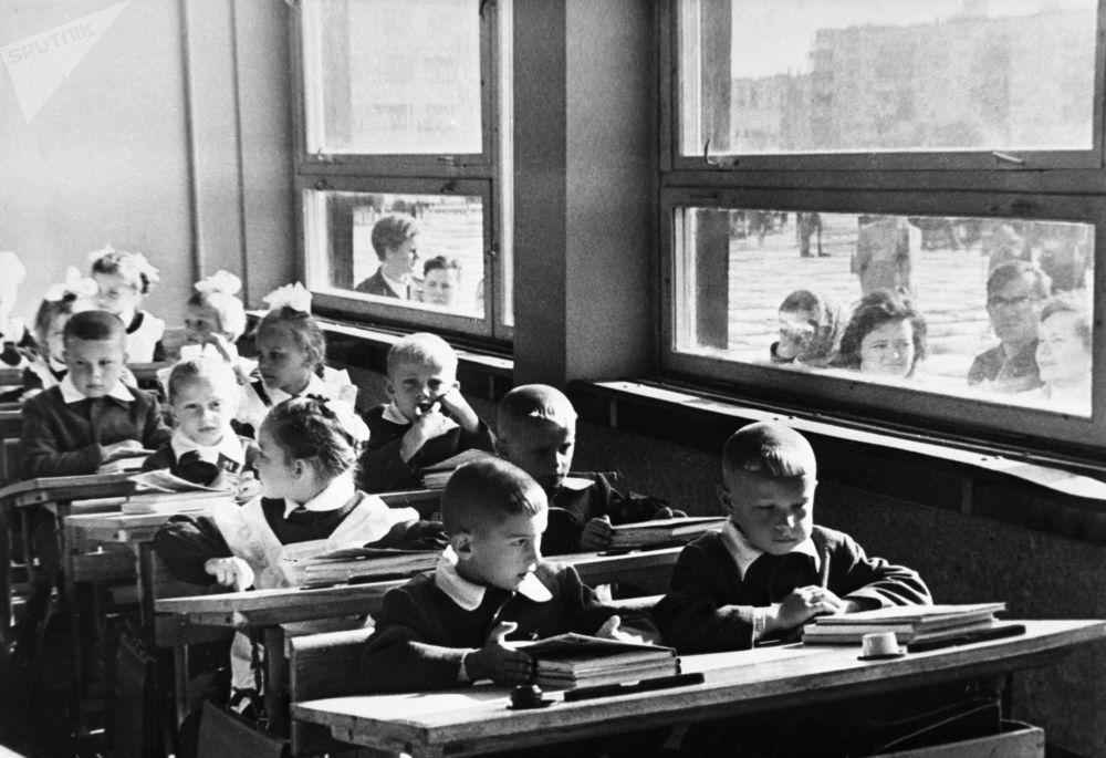 一年级新生的第一课:熟悉学校。1970年。