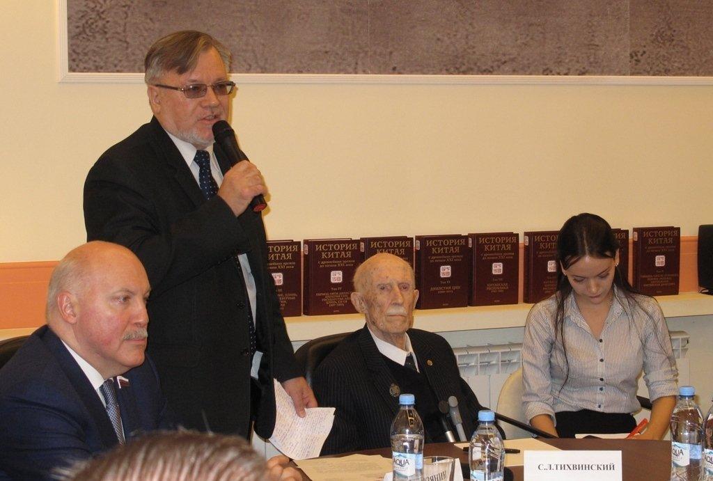 謝爾蓋·齊赫文斯基在十卷本《中國歷史》發佈會上(照片中心)