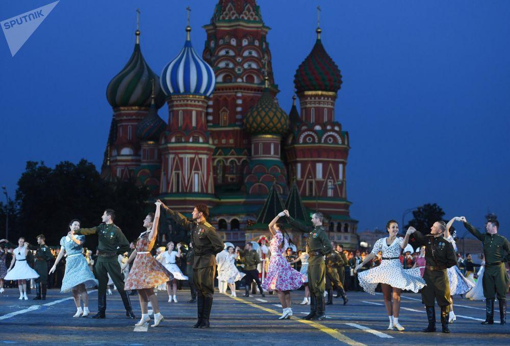 莫斯科紅場第11屆「斯巴斯克塔」國際軍事音樂節開幕式上的舞者。