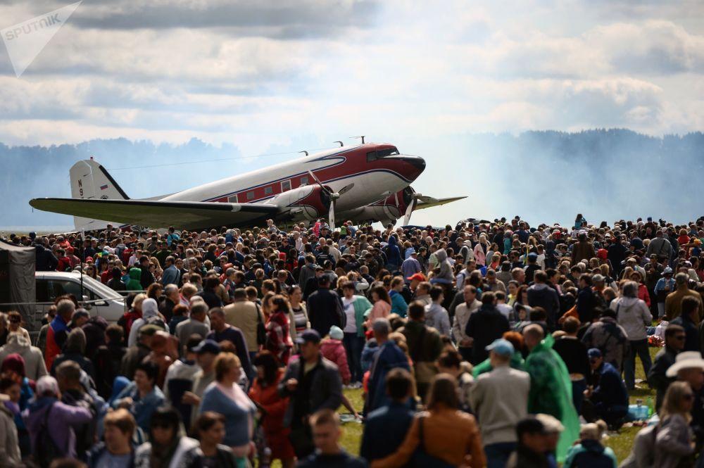 道格拉斯DC-3飛機和觀眾在新西伯利亞州馬奇什機場的「我們在哪裡勝利就在哪裡」航空節上。