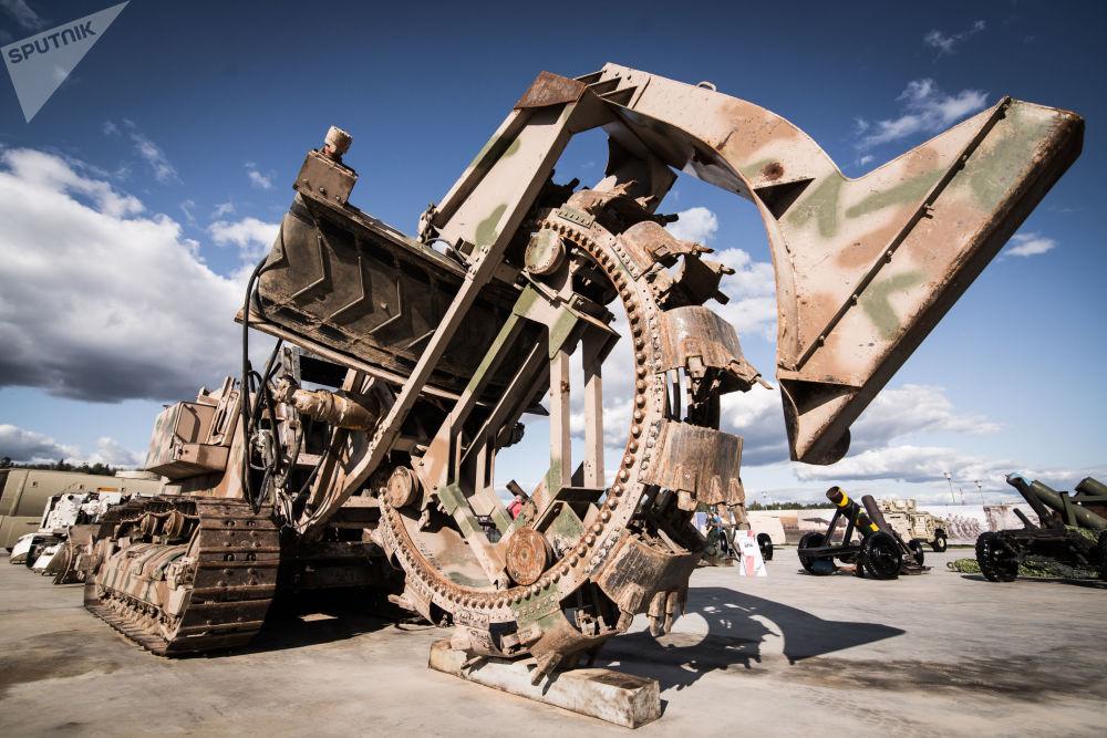 一台30噸重用於挖溝的挖掘機在敘利亞從武裝分子手中繳獲的武器展上展出。
