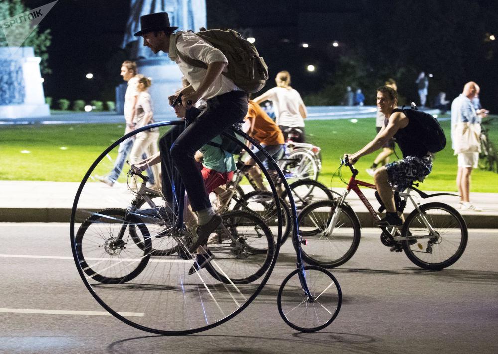 莫斯科夜晚自行車巡遊活動的參加者。