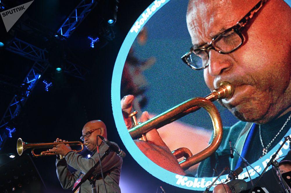 第16屆Koktebel爵士音樂節上的國際爵士樂團的參加者。
