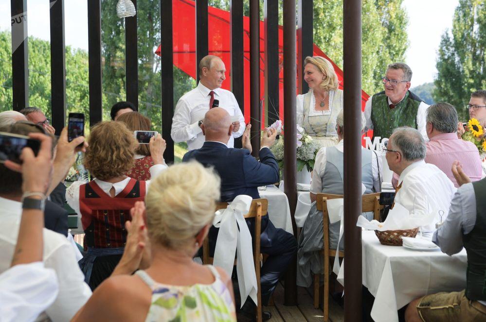 2018年8月18日。俄羅斯總統弗拉基米爾•普京在奧地利外長卡琳•克奈斯爾和商人沃爾夫岡•邁林格的婚禮上。