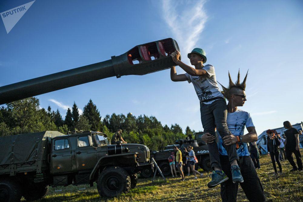 觀眾在特維爾州大扎維多沃村軍事武器展的「入侵」露天音樂節上。