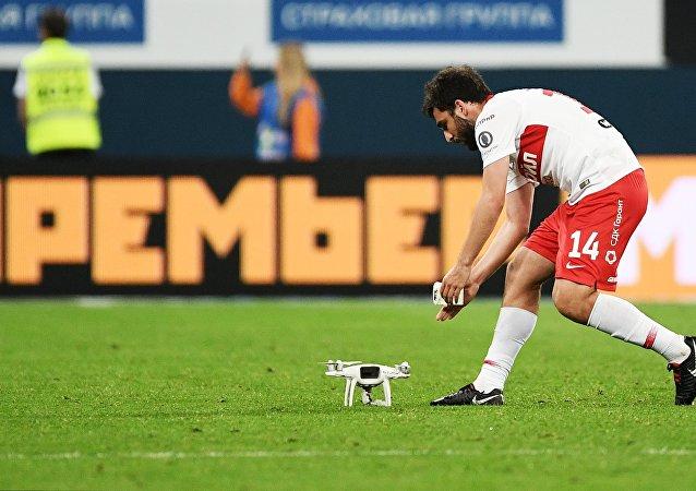 俄超比賽期間無人機墜入球場