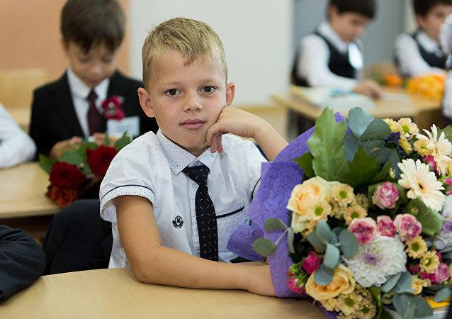 知识日:一年级学生带着给老师的花束进入学校