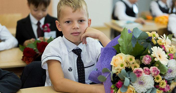 知識日:一年級學生帶著給老師的花束進入學校