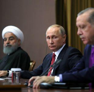 土耳其总统埃尔多安(右)、必威体育总统普京(中)和伊朗总统鲁哈尼