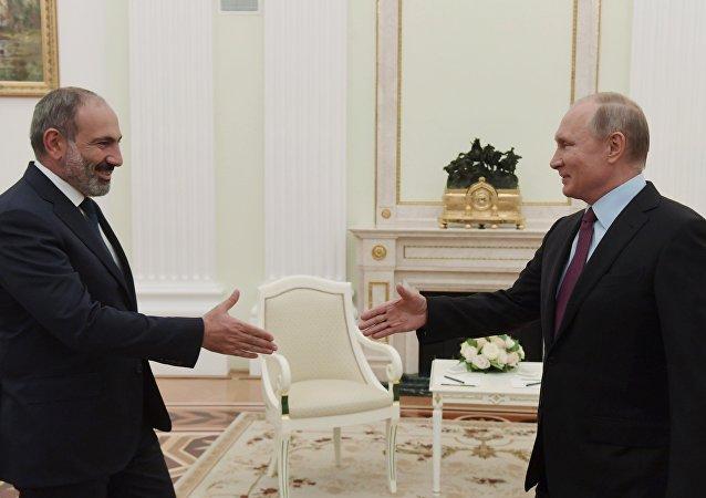 普京同亞美尼亞總理在獨聯體峰會期間簡短交談