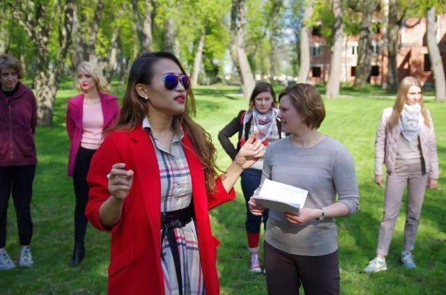 王月晗和學生們在做活動