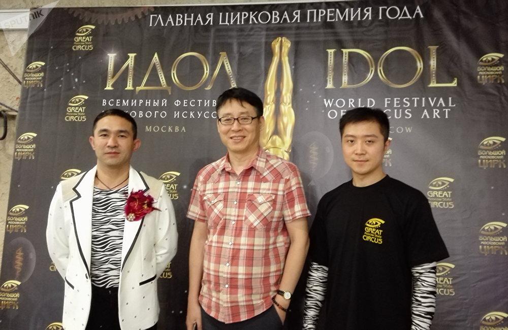 高岳(中間)與山東馬戲團演員趙欣(左)和趙金龍。