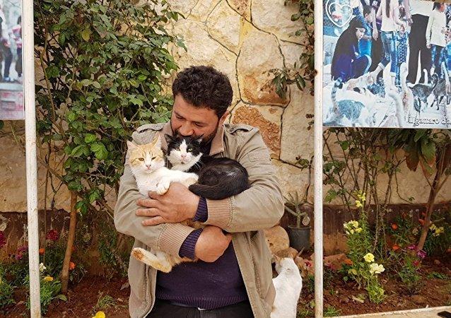 爱猫男子抱着猫咪