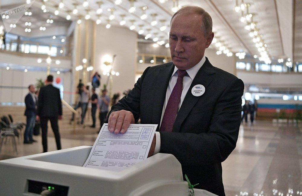 普京总统为首都市长选举投票