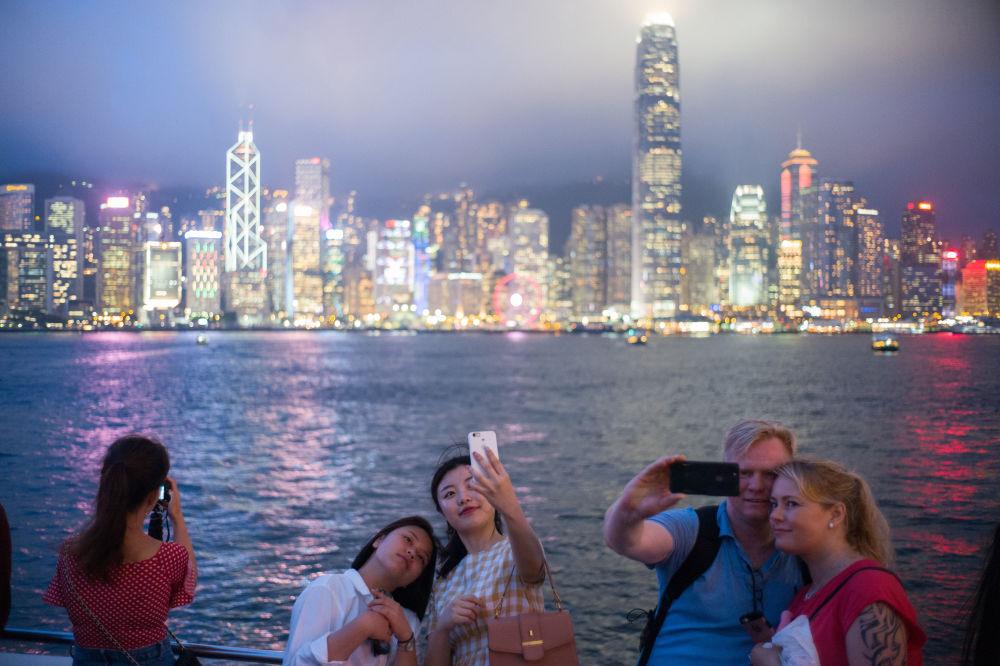 游客在中国维多利亚湾拍照