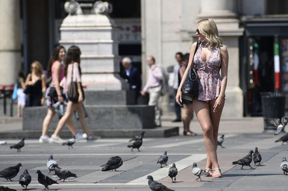 游客在意大利米兰的大教堂广场