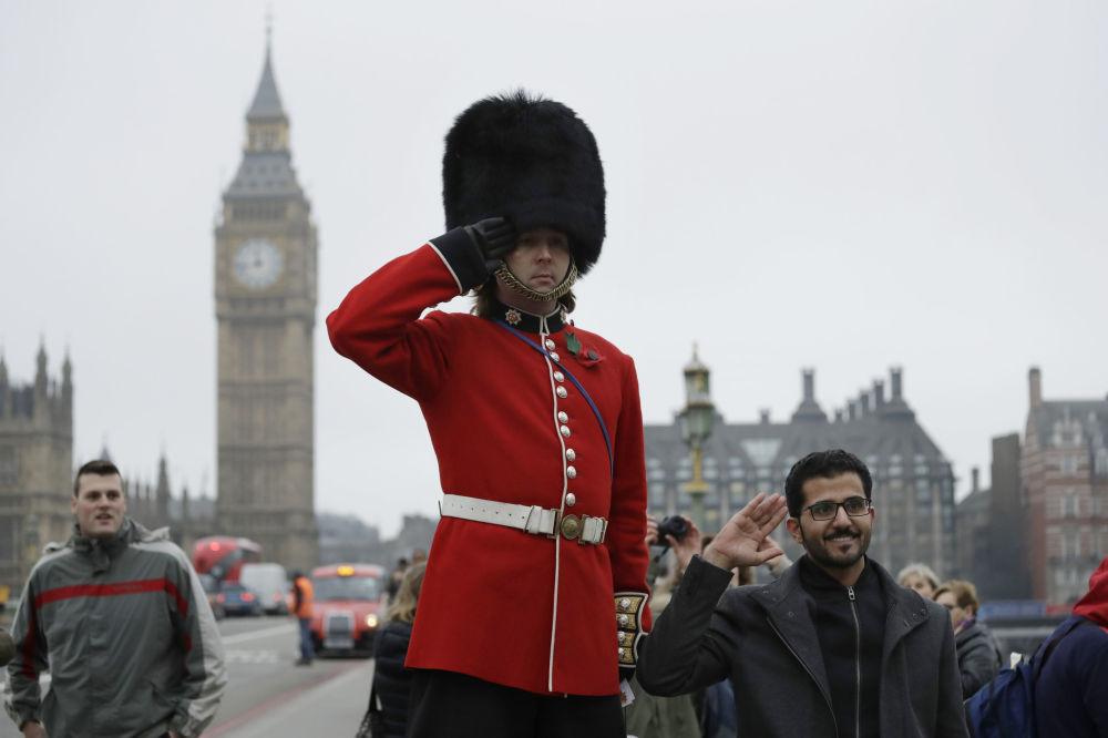 伦敦卫兵在与游客摆拍