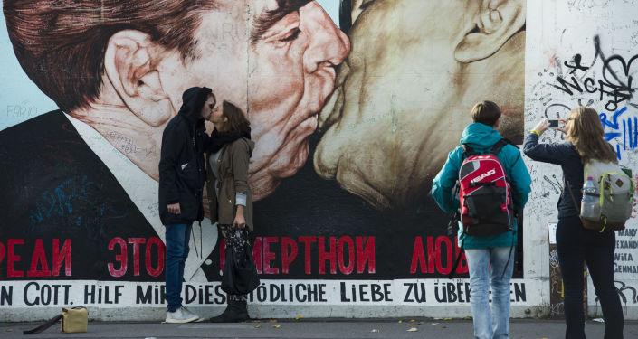游客亲吻德国柏林墙
