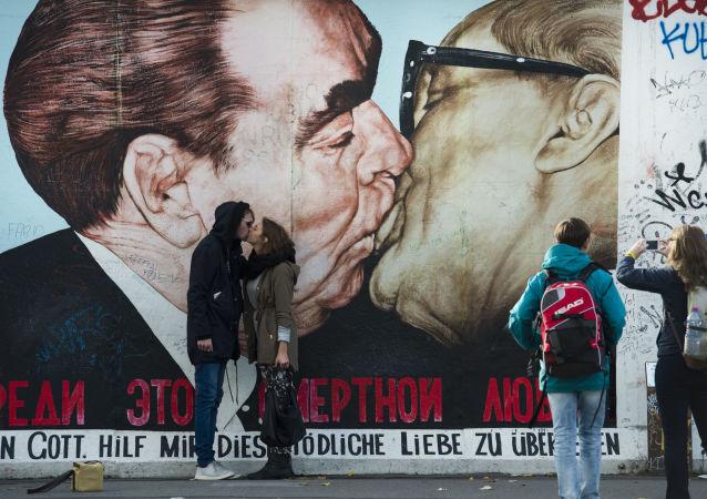 遊客親吻德國柏林牆