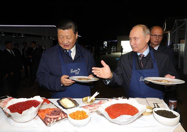 普京同习近平亲手制作鱼子酱薄饼