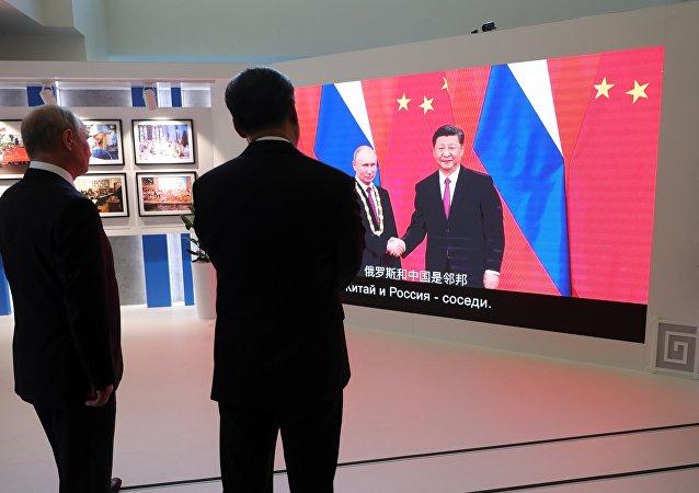 普京與習近平參觀東方經濟論壇俄中合作歷史攝影展