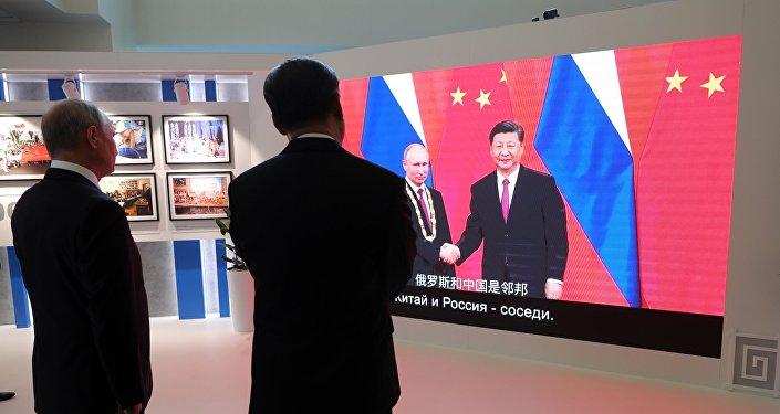 普京与习近平参观东方经济论坛俄中合作历史摄影展