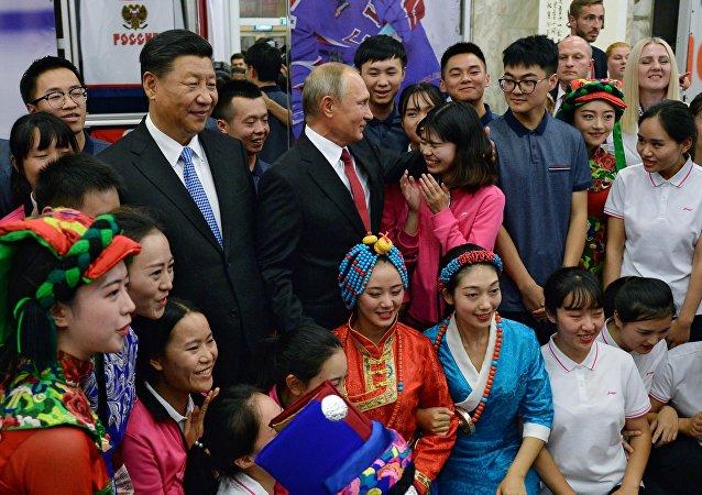 """普京和习近平到访""""海洋""""全俄儿童中心"""