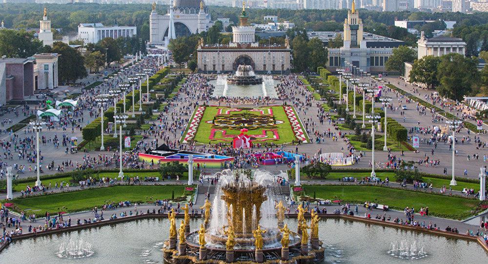 过百万莫斯科人在国民经济展览中心庆祝城市日
