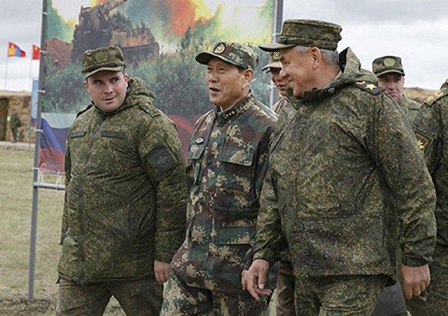 Министр обороны Российской Федерации Сергей Шойгу в ходе встречи с китайским коллегой Вэем Фэнхэ на полигоне маневров Восток-2018