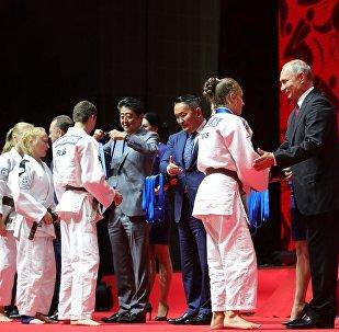 俄日蒙领导人观看符拉迪沃斯托克国际柔道赛决赛