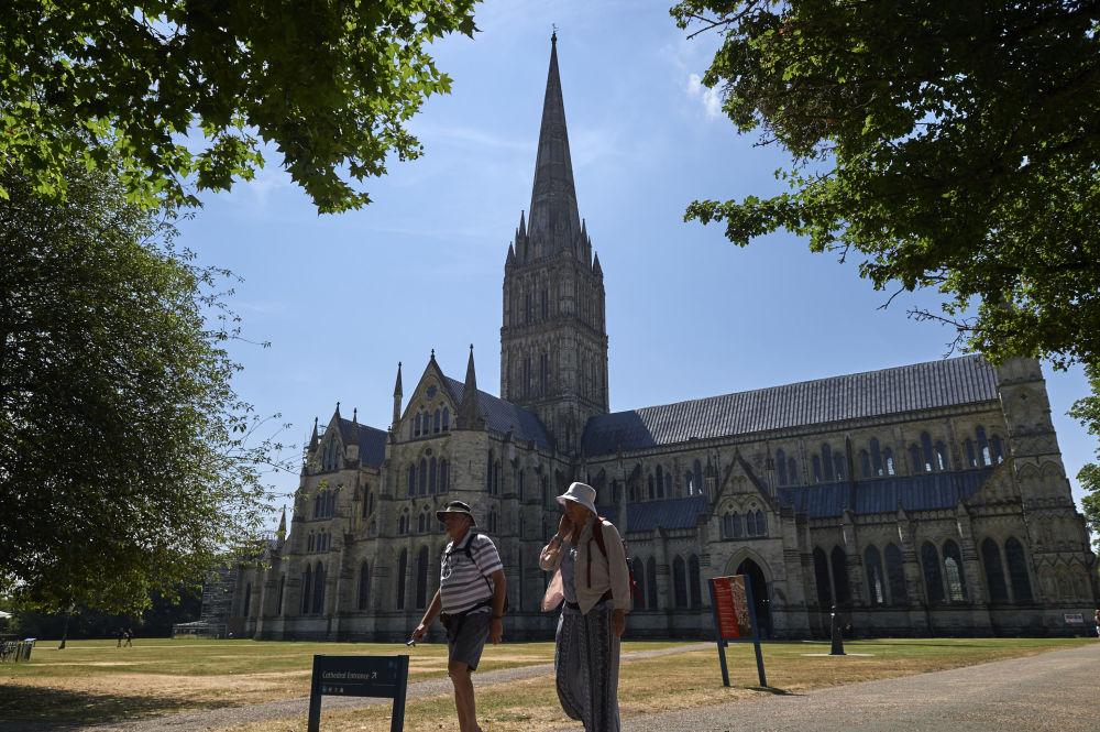 在索尔兹伯里大教堂旁的游客